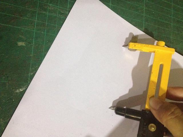Toma el papel de color diferente y empezar a cortar de nuevo.