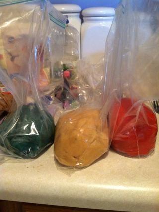 Pon toda la pasta en bolsas ziploc separada y refrigere durante una hora aproximadamente.