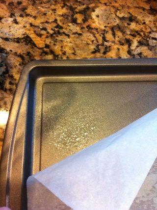 Precalentar el horno 425, y preparar su pan rollo de gelatina. Yo primero rociar w antiadherente pulverización colocar entonces mi papel de pergamino. El spray ayuda a mantenerlo en su lugar. Cortar a la medida del tamaño sartén