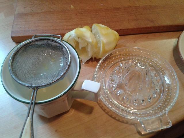 Añadir el zumo del limón, aprieto a través de un colador de té, él isn't a lot of fun trying to find that evasive pip.