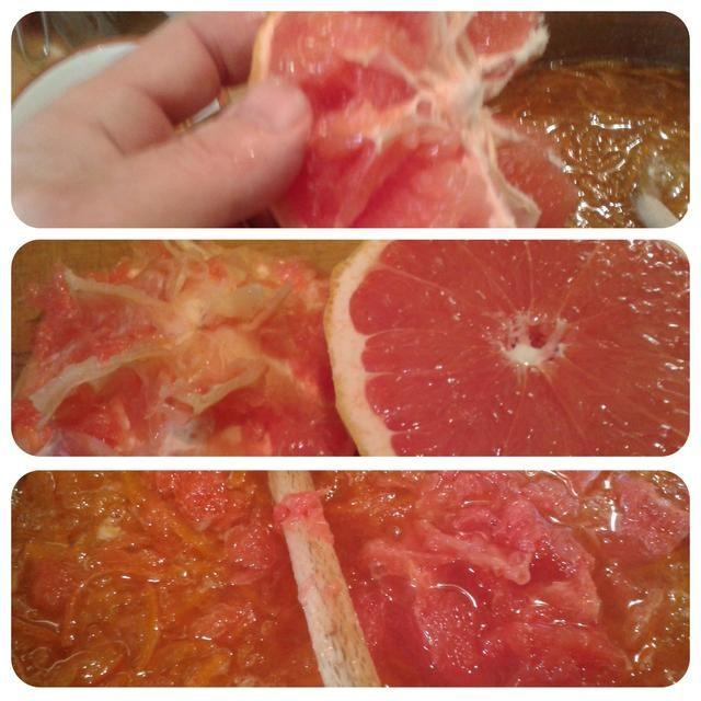 Con los pulgares suavemente el jugo de pomelo en la olla - usted encontrará que la carne de la toronja se despegue como masajear el jugo. Esta carne es lo que le da su's wonderful colour.