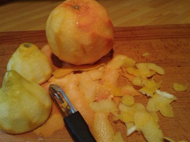 Reducir a la mitad del limón y el pomelo.
