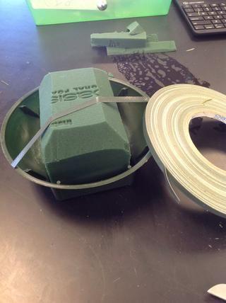 Coloque un pedazo de cinta de anclaje sobre el Oasis lo fija en el plato.