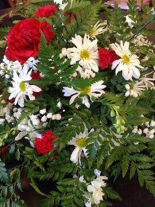 Añadir mamás acerico, mini claveles, o que la elección de las flores al pleno en la disposición. Añadir bebé's breath to fill empty space without adding to many flowers.