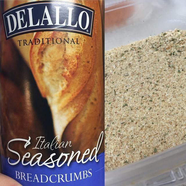 Irónicamente, he usado el pan rallado italianos pero te prometo que va a estar bien. Vuelca un poco en otro recipiente aparte.