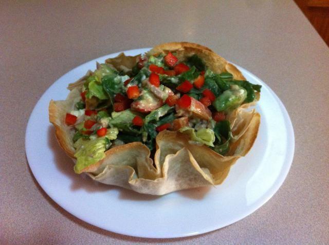 Por último, coloque la ensalada en el tazón de la tortilla y que's it. Enjoy!