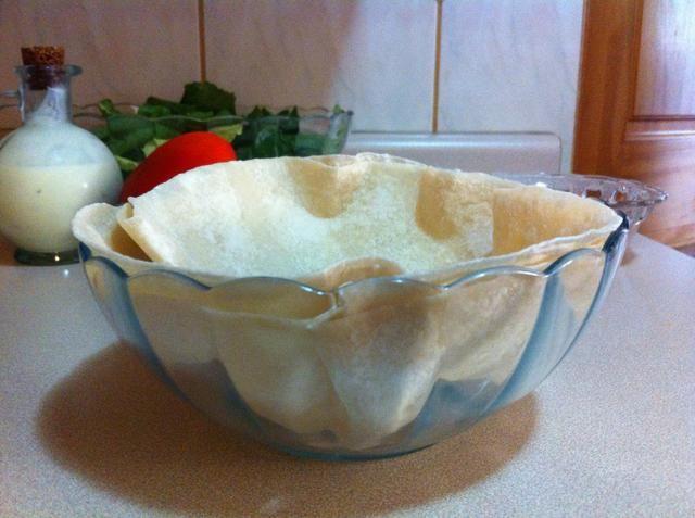 Encienda el horno a 370 F. Grab dos tortillas y colocarlos en un recipiente resistente al calor.