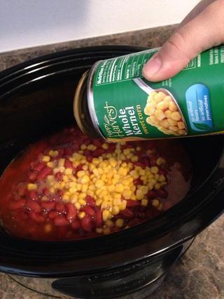Añadir en la lata 15 oz de maíz.