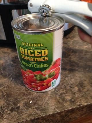Abre los tomates enlatados y chile verde.