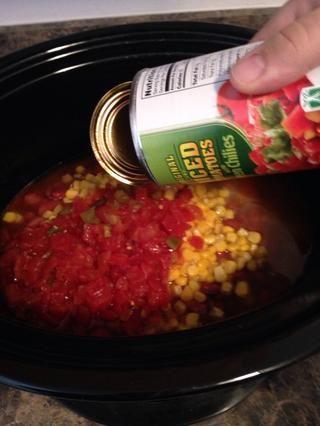 Añadir en su lata 15 oz de tomates y chiles verdes.