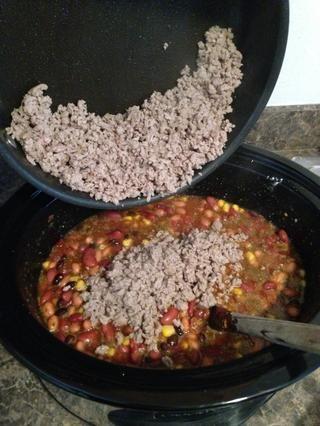 Añadir la carne a la olla de barro.
