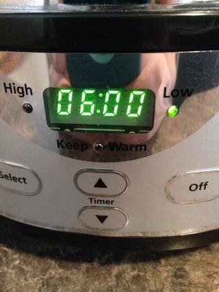Ajuste la olla de barro a fuego lento durante 6 horas. Asegúrese de encender el revuelo de auto!