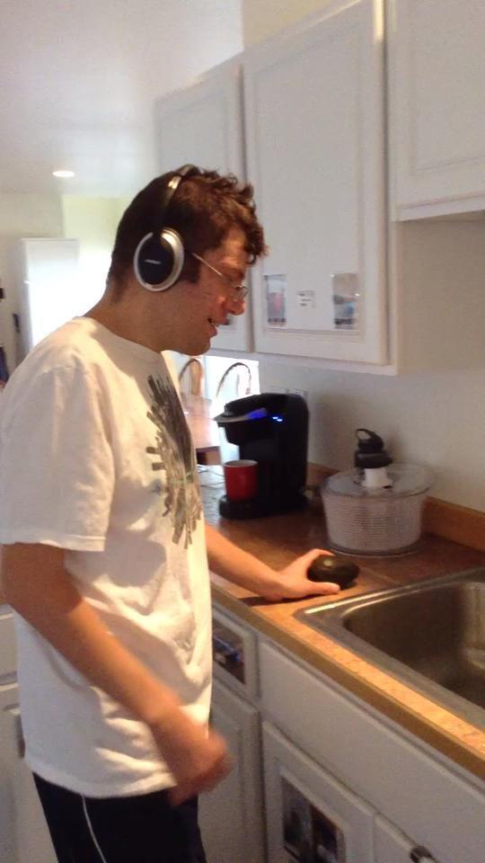 Lave el aguacate en el fregadero
