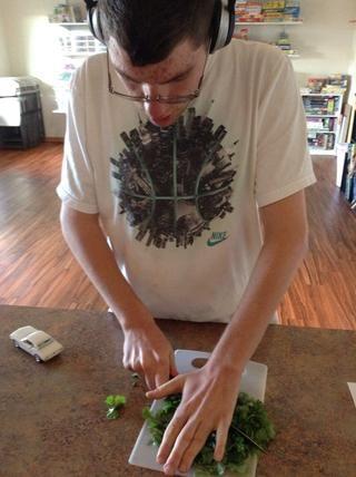 Con cuidado, utilizando la tabla de cortar cortar finamente el cilantro
