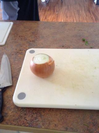 Cortar la cebolla parte superior e inferior de