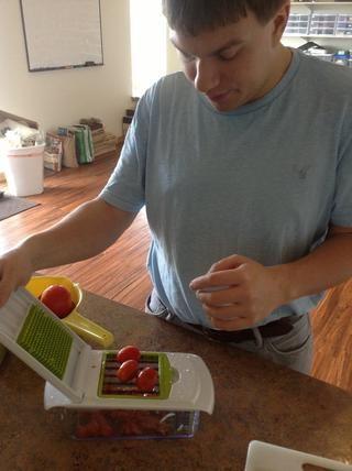 Coloque los tomates de la uva en el interruptor y rápidamente pulse el manejar hasta dados los tomates