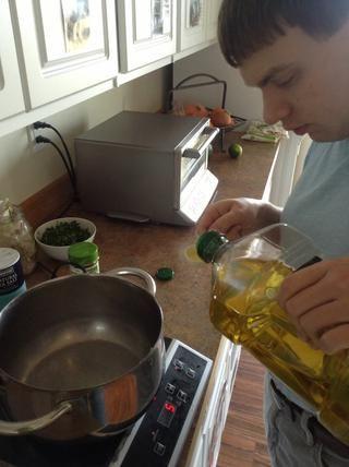 Añadir el aceite de oliva a la olla