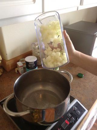 Agregue las cebollas a la olla de cocción