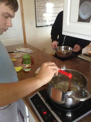 Añadir el chile en polvo a la olla