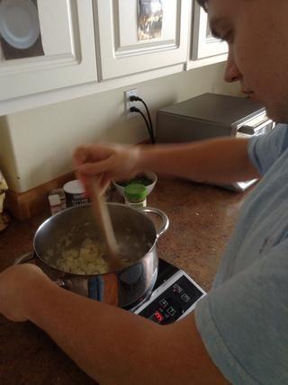 Revuelva condimentos en las cebollas