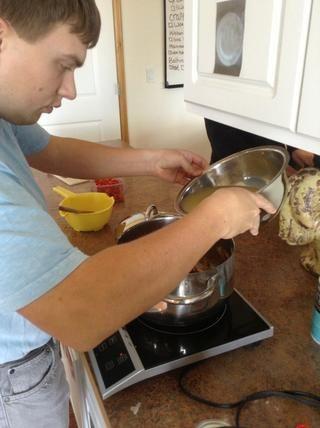 Añadir el caldo a la olla