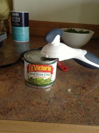 Utilice un abrelatas para abrir chiles