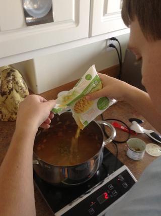 Agregue el maíz a la olla