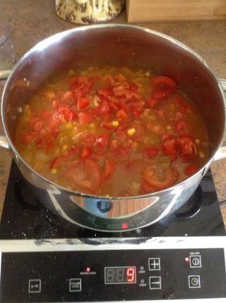 Agregue los tomates a la olla