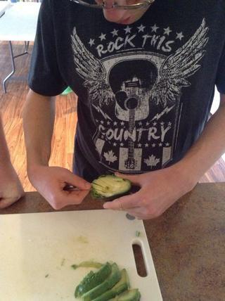 Use una cuchara para separar la piel de aguacate de la carne