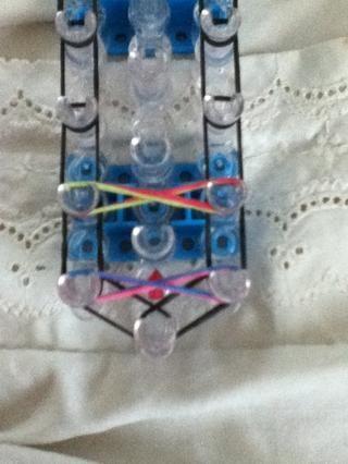 Repita el paso 10 (Gire las bandas en una figura 8 y colocarlo en el telar como este)