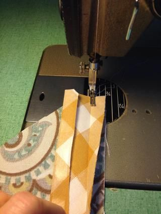 Lado DERECHO de bandas para el lado equivocado de la parte superior del bolsillo, puntada sesgo bandas de la parte superior de cada uno de los grandes y pequeños bolsillos. Para la versión reversible aplicar la bandas a decorativas bolsillos forro