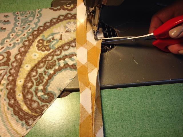Coloque el lado derecho de bandas sesgo al lado equivocado de punto como se hizo anteriormente. Cosa por lado corto lado y el recorte en la esquina y girando la aguja.