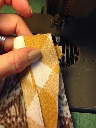 Tire sesgo bandas más allá del extremo de la punta. Envolver el final del sesgo de bandas alrededor de la bandas aplicado previamente.