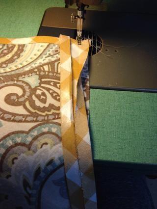 Cosa sesgo bandas por el lado opuesto de la pieza del patrón A. Asegúrese de cortar la esquina y girar la aguja como se hizo anteriormente.