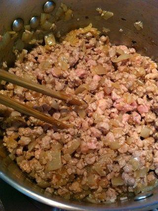 Hasta la cebolla y la carne de cerdo se mezclan casi perfectamente juntos.
