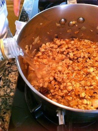 Añadir el vino de cocina hasta el borde de la olla.