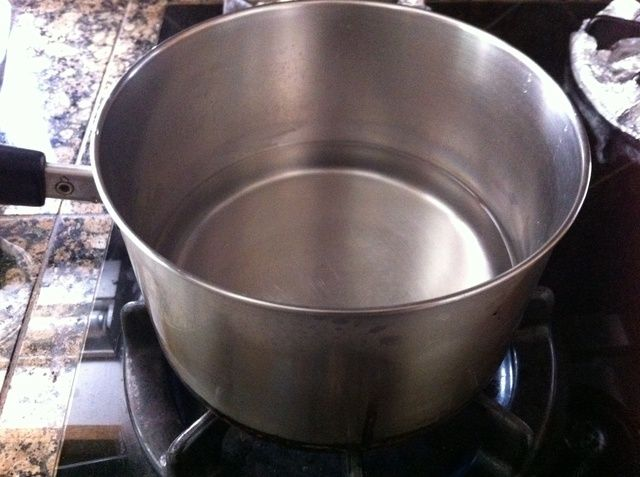 Llene una olla con un poco de agua suficiente para cubrir la carne.