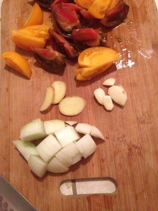 Cortar todos los ingredientes en trozos pequeños.