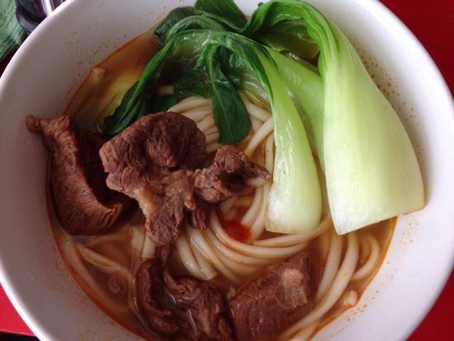 Después de hacerse con hacer el caldo de carne, se puede cocinar los fideos para ir con y añadir un poco de Choy Bok. Disfrute ~