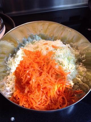 Añadir al bol con zanahoria rallada y chalota finamente picada.