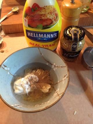 Hacer el aderezo. Mezcle la mostaza Maille, Vinagre, Hellmann's mayonnaise and salt and pepper.