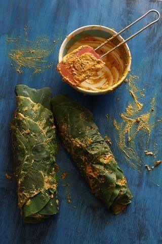 Enrolle fuertemente. Hacer otro rollo similar con las hojas restantes. Cocinero de vapor en un vapor durante 20 minutos.