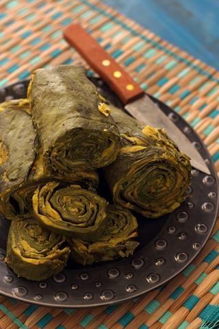 Retirar del vapor y enfriar completamente. Cortar en medallones gruesos. Rocíe ligeramente un poco de aceite de cocina en una sartén, añadir un poco de semillas de sésamo y superficial cocer las espirales hasta quebradizo.
