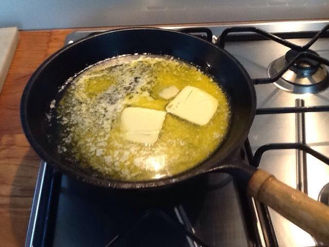 Después de dejar de lado las manzanas derretir la mitad de la mantequilla en la sartén.