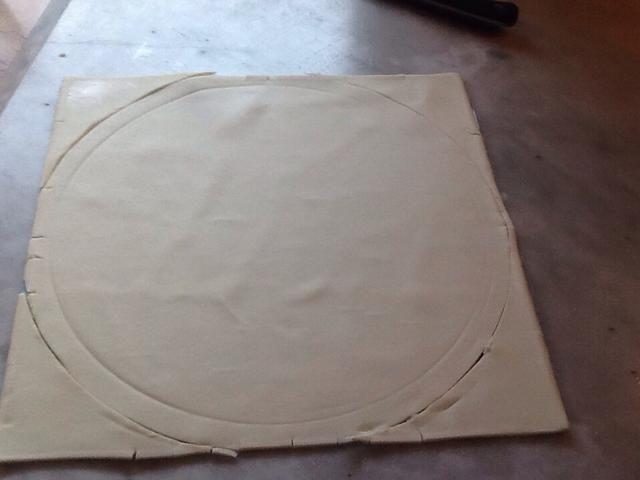 Antes de poner la sartén de nuevo en el horno, cortar un círculo de hojaldre que es ligeramente mayor que el diámetro de la sartén. Después de cortar a cabo a cabo en la nevera.