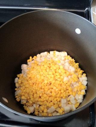 Volcado de maíz y papas en una olla grande de genialidad.