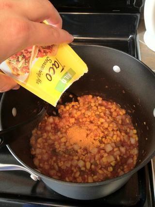 Agregue el condimento para tacos.