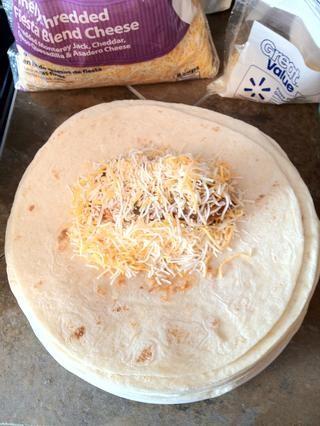 Agregue el queso. (Yo uso un 1/3 taza colmada de los ingredientes y calorías que figuran en la delantera. Se pueden ajustar a su gusto)