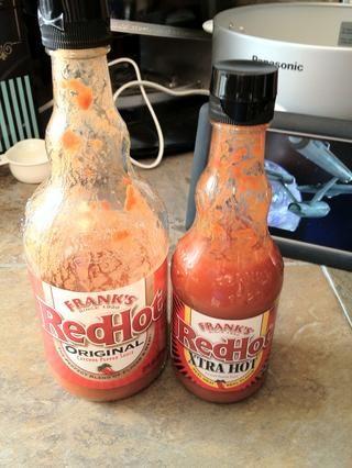 Si te gusta lo picante, le sugiero que agrega la salsa caliente en tanto el oscurecimiento de la carne, así como el gran bote. Mi esposa doesn't like spicy things, so I apply mine directly to the finished product.