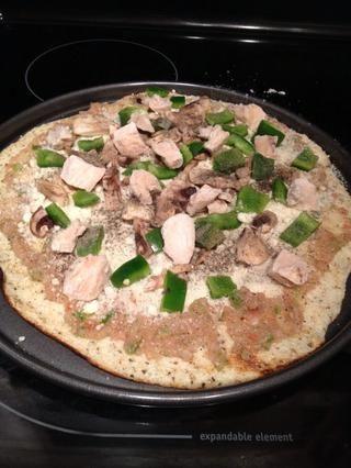 Carga tu pizza con lo que quieras. Si quieres lo que yo solía, añadir la salsa, luego más cebolla, parmesano, pollo cocido, champiñones y pimiento verde y pimiento rojo.
